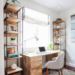 Esempio di uno studio stile marino con pareti bianche, parquet scuro e scrivania autoportante