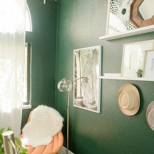 Immagine di un piccolo atelier bohémian con pareti verdi, moquette, scrivania autoportante e pavimento rosa