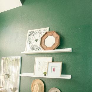 Foto de estudio ecléctico, pequeño, con paredes verdes, moqueta, escritorio independiente y suelo rosa