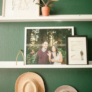 Diseño de estudio bohemio, pequeño, con paredes verdes, moqueta, escritorio independiente y suelo rosa