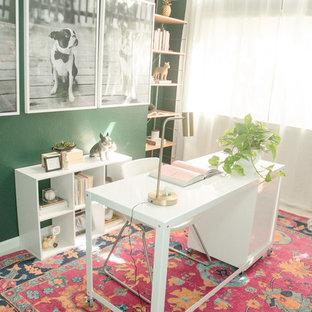 Источник вдохновения для домашнего уюта: маленькая домашняя мастерская в стиле фьюжн с зелеными стенами, ковровым покрытием, отдельно стоящим рабочим столом и розовым полом