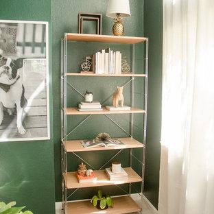 Imagen de estudio bohemio, pequeño, con paredes verdes, moqueta, escritorio independiente y suelo rosa