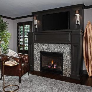 Idéer för mycket stora vintage arbetsrum, med ett bibliotek, grå väggar, mörkt trägolv, en standard öppen spis, en spiselkrans i trä, ett fristående skrivbord och brunt golv