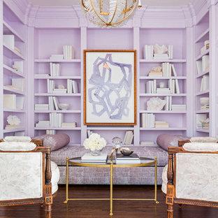 Idée de décoration pour un petit bureau tradition avec un mur violet, un sol en bois brun et un sol marron.