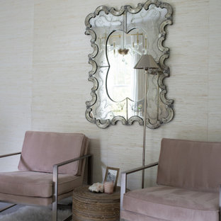 コロンバスのトランジショナルスタイルのおしゃれなホームオフィス・書斎 (ベージュの壁、無垢フローリング、自立型机、壁紙) の写真