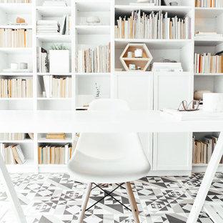 Inspiration för minimalistiska arbetsrum, med vita väggar, ett fristående skrivbord och flerfärgat golv