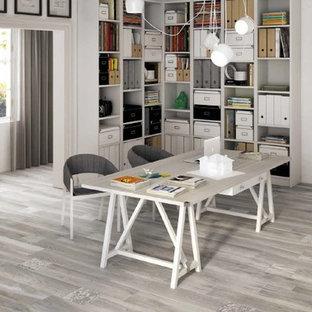 Ejemplo de estudio clásico renovado, de tamaño medio, sin chimenea, con paredes blancas, suelo de baldosas de porcelana y escritorio independiente