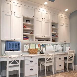 Ejemplo de despacho tradicional renovado, de tamaño medio, sin chimenea, con paredes grises, escritorio empotrado y suelo de baldosas de cerámica