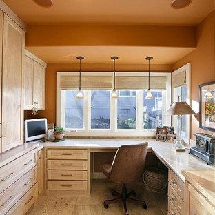 Foto di un ufficio di medie dimensioni con pareti arancioni, pavimento in gres porcellanato e scrivania incassata