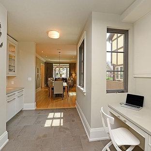 トロントの中サイズのモダンスタイルのおしゃれな書斎 (グレーの壁、スレートの床、造り付け机、暖炉なし) の写真