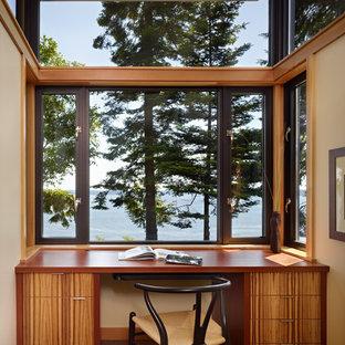 На фото: кабинет в стиле модернизм с встроенным рабочим столом с