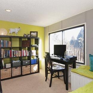 Esempio di un piccolo atelier boho chic con pareti multicolore, moquette e scrivania autoportante