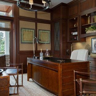 Ispirazione per un ufficio tropicale di medie dimensioni con pareti multicolore, parquet scuro, scrivania autoportante e pavimento marrone