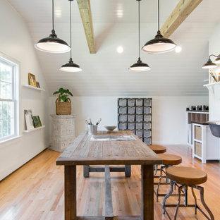 Idée de décoration pour un grand bureau champêtre de type studio avec un mur blanc, un sol en bois brun, aucune cheminée et un bureau indépendant.