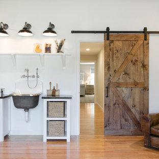 Exemple d'un grand bureau nature de type studio avec un mur blanc, un sol en bois brun, aucune cheminée et un bureau indépendant.
