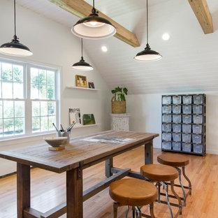 Großes Country Arbeitszimmer ohne Kamin mit Studio, weißer Wandfarbe, braunem Holzboden und freistehendem Schreibtisch in Boston