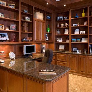 Неиссякаемый источник вдохновения для домашнего уюта: кабинет среднего размера в классическом стиле с библиотекой, ковровым покрытием, встроенным рабочим столом и бежевым полом