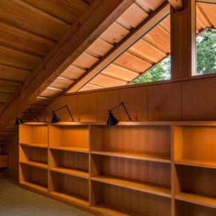 ポートランドの中サイズのラスティックスタイルのおしゃれなホームオフィス・書斎 (ライブラリー、茶色い壁、カーペット敷き、暖炉なし、緑の床) の写真