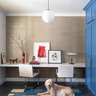 Inspiration för ett mellanstort vintage hemmabibliotek, med beige väggar, mörkt trägolv, ett inbyggt skrivbord och brunt golv