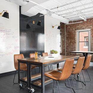Idéer för stora industriella hemmabibliotek, med flerfärgade väggar, mörkt trägolv och svart golv