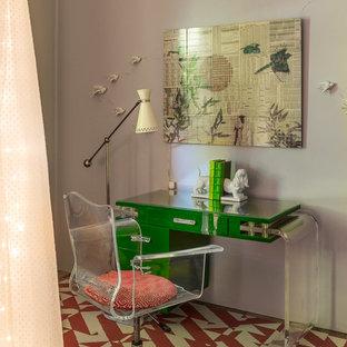 Imagen de despacho ecléctico, grande, sin chimenea, con paredes amarillas, suelo de madera clara y suelo amarillo