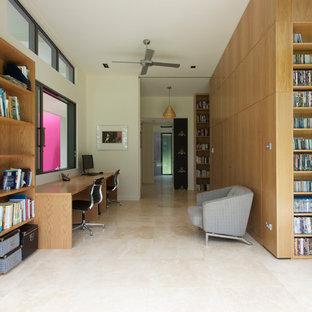 Свежая идея для дизайна: рабочее место среднего размера в современном стиле с белыми стенами, полом из травертина и встроенным рабочим столом - отличное фото интерьера