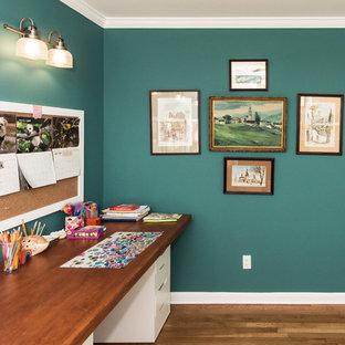 Aménagement d'un bureau romantique de taille moyenne avec un mur vert, un sol en bois brun, un bureau indépendant et un sol marron.