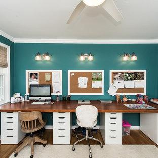 Idées déco pour un bureau romantique de taille moyenne avec un mur vert, un sol en bois brun, un bureau indépendant et un sol marron.