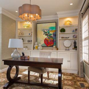 ワシントンD.C.の中サイズのトランジショナルスタイルのおしゃれなホームオフィス・書斎 (ライブラリー、緑の壁、カーペット敷き、暖炉なし、自立型机、マルチカラーの床) の写真