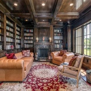 サンディエゴの中くらいのヴィクトリアン調のおしゃれなホームオフィス・書斎 (ライブラリー、濃色無垢フローリング、標準型暖炉、石材の暖炉まわり) の写真