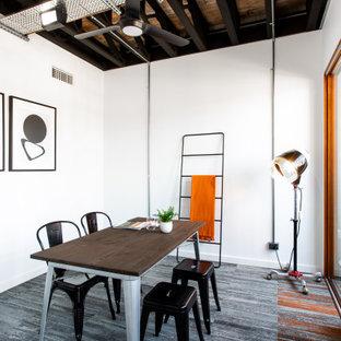 Inspiration för industriella arbetsrum, med vita väggar, heltäckningsmatta, ett fristående skrivbord och grått golv