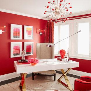 Foto på ett mellanstort eklektiskt arbetsrum, med röda väggar, mörkt trägolv, ett fristående skrivbord och brunt golv