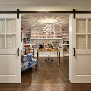 Ejemplo de despacho clásico renovado, de tamaño medio, sin chimenea, con suelo de madera en tonos medios, escritorio independiente, paredes beige y suelo marrón