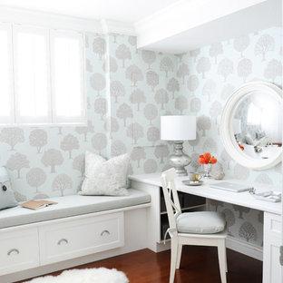 バンクーバーの小さいトラディショナルスタイルのおしゃれなホームオフィス・書斎 (マルチカラーの壁、無垢フローリング、造り付け机、暖炉なし) の写真