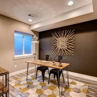 デンバーの中くらいのおしゃれな書斎 (茶色い壁、ラミネートの床、暖炉なし、自立型机) の写真