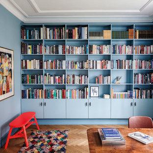 Esempio di un grande ufficio moderno con pareti blu, pavimento in legno massello medio, scrivania autoportante e nessun camino