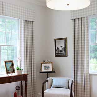 Esempio di un piccolo studio classico con libreria, pareti beige, pavimento in legno massello medio, nessun camino, scrivania autoportante e pavimento rosso