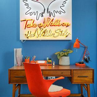 ロンドンのコンテンポラリースタイルのおしゃれなホームオフィス・書斎 (青い壁、カーペット敷き、自立型机、グレーの床) の写真