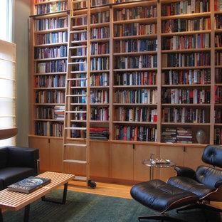 ボストンの中サイズのコンテンポラリースタイルのおしゃれなホームオフィス・書斎 (ライブラリー、緑の壁、淡色無垢フローリング、自立型机) の写真