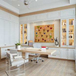 マイアミのコンテンポラリースタイルのおしゃれなホームオフィス・書斎 (淡色無垢フローリング、自立型机、ベージュの床、折り上げ天井) の写真