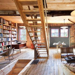 Industrial Arbeitszimmer mit Studio, roter Wandfarbe, braunem Holzboden und freistehendem Schreibtisch in New York