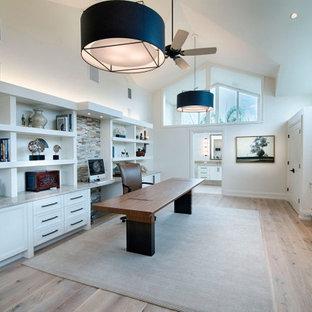 広いコンテンポラリースタイルのおしゃれな書斎 (白い壁、淡色無垢フローリング、自立型机、三角天井) の写真