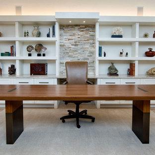 Idéer för att renovera ett stort funkis hemmabibliotek, med vita väggar, ljust trägolv och ett fristående skrivbord