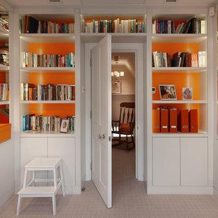 Réalisation d'un bureau design de taille moyenne avec un mur orange et moquette.