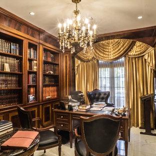 Mittelgroßes Klassisches Lesezimmer mit brauner Wandfarbe, Marmorboden und freistehendem Schreibtisch in New York