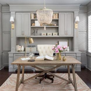 ヒューストンのトランジショナルスタイルのおしゃれな書斎 (グレーの壁、濃色無垢フローリング、暖炉なし、自立型机、茶色い床、パネル壁) の写真