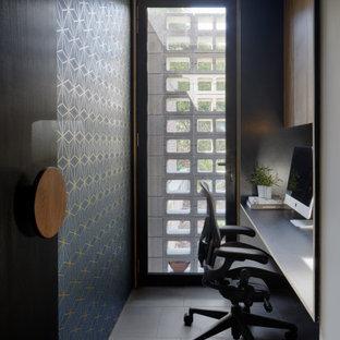 Inspiration för ett litet funkis hemmabibliotek, med blå väggar, skiffergolv, ett inbyggt skrivbord och grått golv