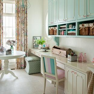 Exemple d'un bureau atelier romantique de taille moyenne avec un mur blanc, un sol en carrelage de porcelaine, aucune cheminée et un bureau intégré.
