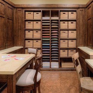 Foto di un'ampia stanza da lavoro tradizionale con pareti marroni, pavimento con piastrelle in ceramica e scrivania incassata