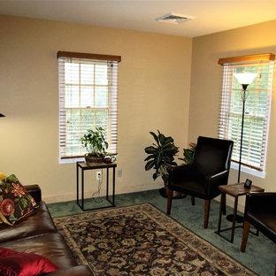 Ispirazione per uno studio chic di medie dimensioni con pareti beige, moquette e pavimento verde